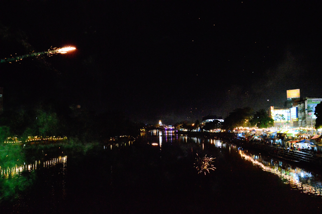 Fireworks off the bridge view | When in Chiang Mai: Yi Peng Lantern Festival | lizniland.com