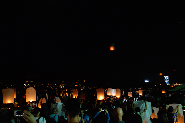 Sea of lanterns | When in Chiang Mai: Yi Peng Lantern Festival | lizniland.com
