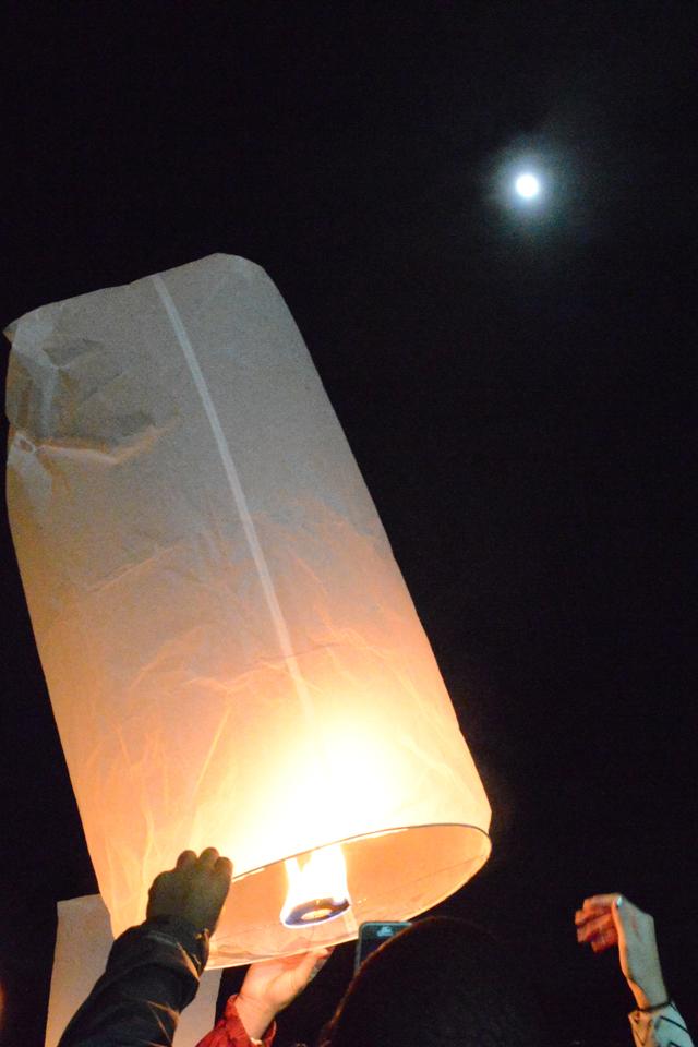 Full moon & lantern | When in Chiang Mai: Yi Peng Lantern Festival | lizniland.com