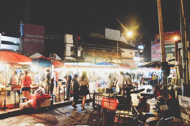 Street markets | When in Chiang Mai: Yi Peng Lantern Festival | lizniland.com