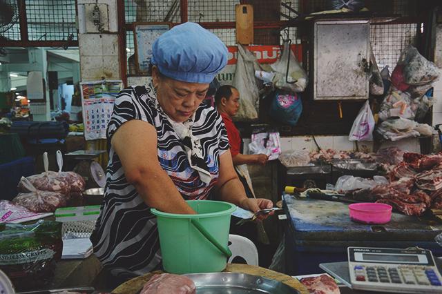 Butcher| When in Chiang Mai: Fresh food markets | lizniland.com