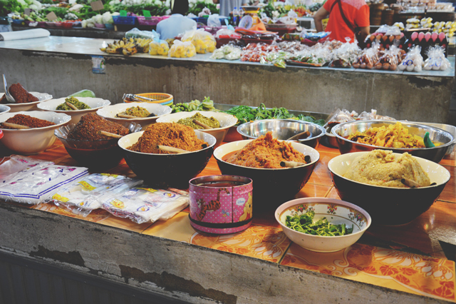 Bowls of spices and curry paste | When in Chiang Mai: Fresh food markets | lizniland.com